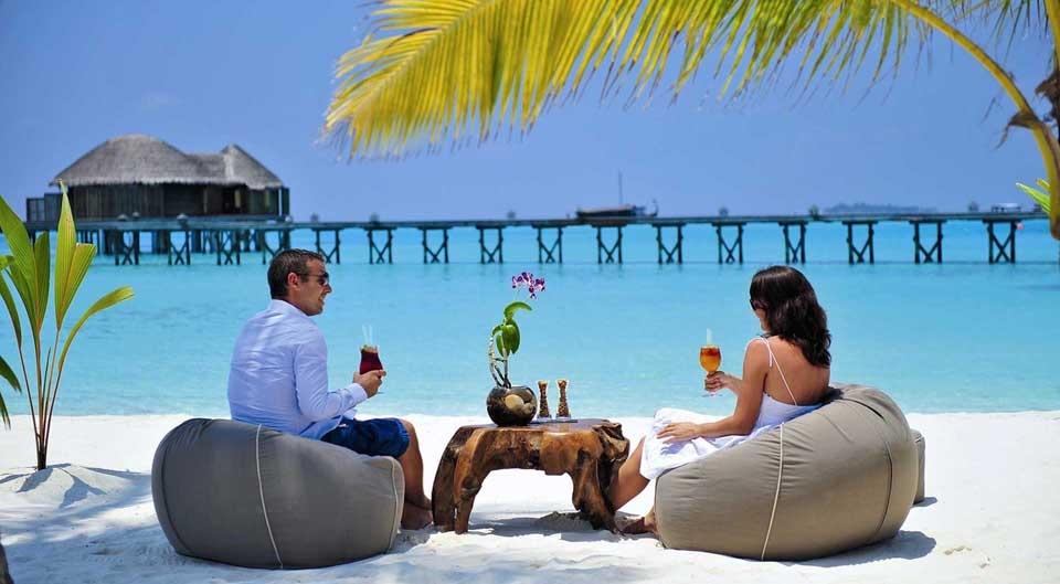 halaveli-beach-mauritius-couple
