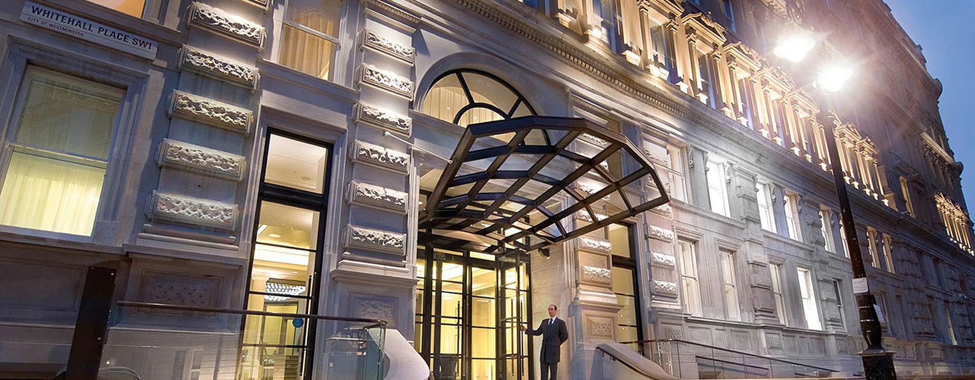 Вход в отель Corinthia London