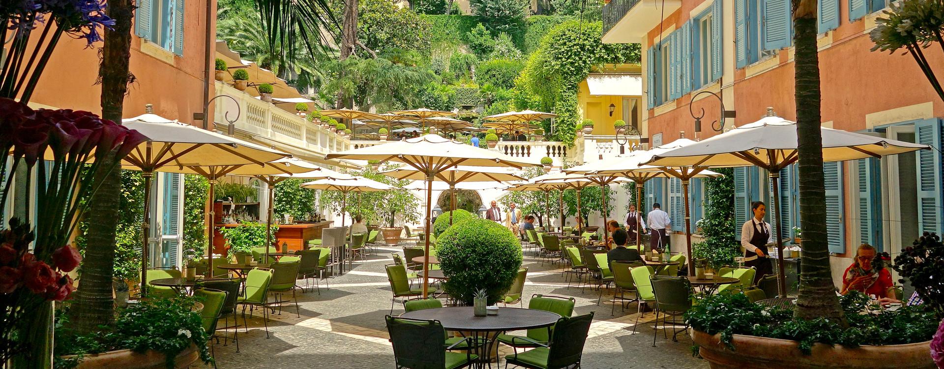 Stravinskij Bar в Hotel de Russie расположен на внутренней площади отеля