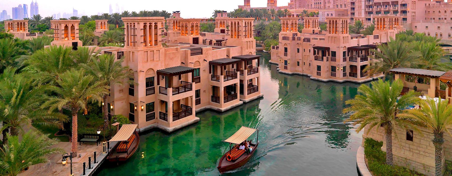 Охровые двухэтажные коттеджи Dar Al Masyaf расположены среди водных каналов