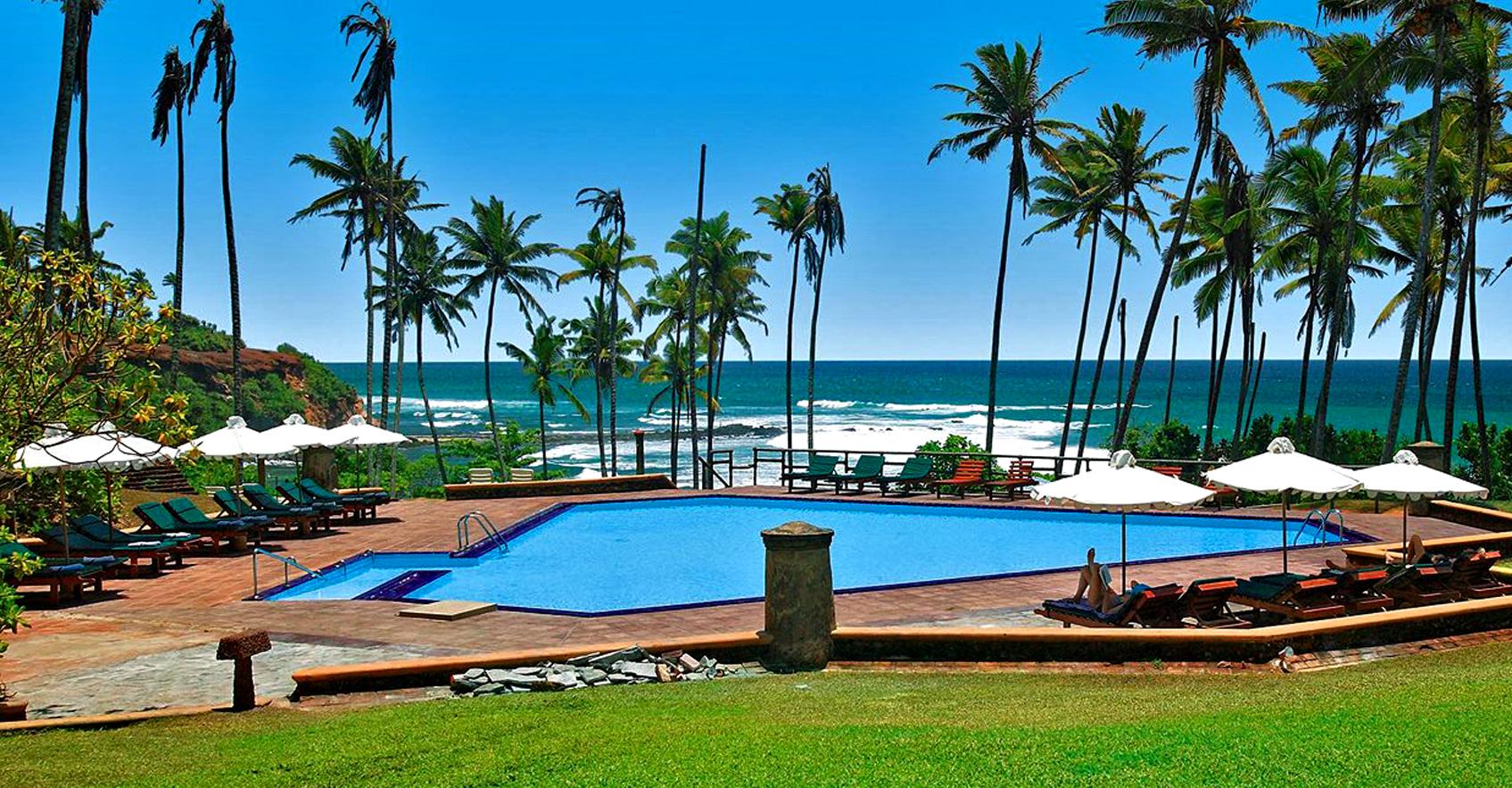 Barberyn Beach Ayurveda Resort бассейн с видом на океан